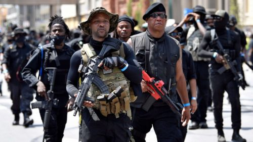 EE UU: Reapareció la milicia negra armada en Louisville para exigir justicia por el asesinato de Breonna Taylor, de manos de la policía (videos)