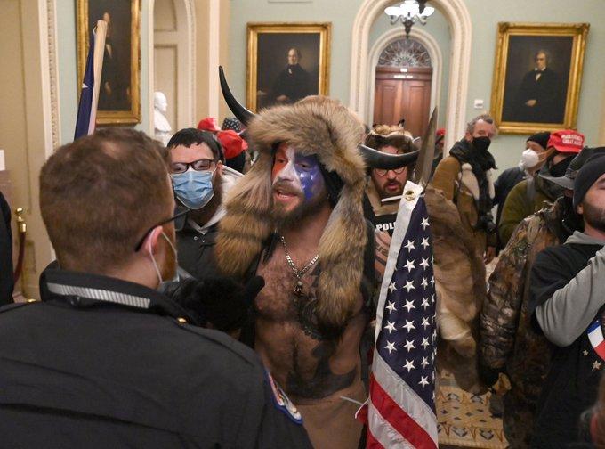 Bandas de locos pro-Trump toman el capitolio en EE UU, y ya hay disparos en sus instalaciones...